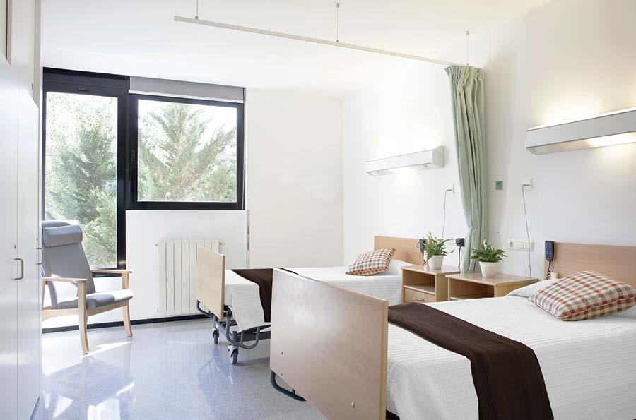 Luminosa habitación doble residencia de mayores SARquavitae Sant Jordi