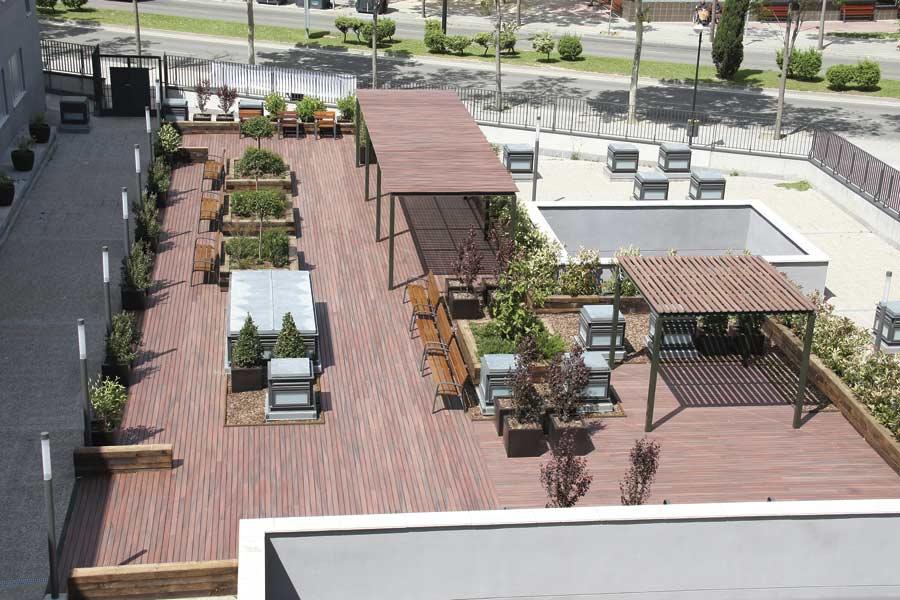 Vista de la terraza jardin exterior de la residencia sociosanitaria SARquavitae Zalfonada