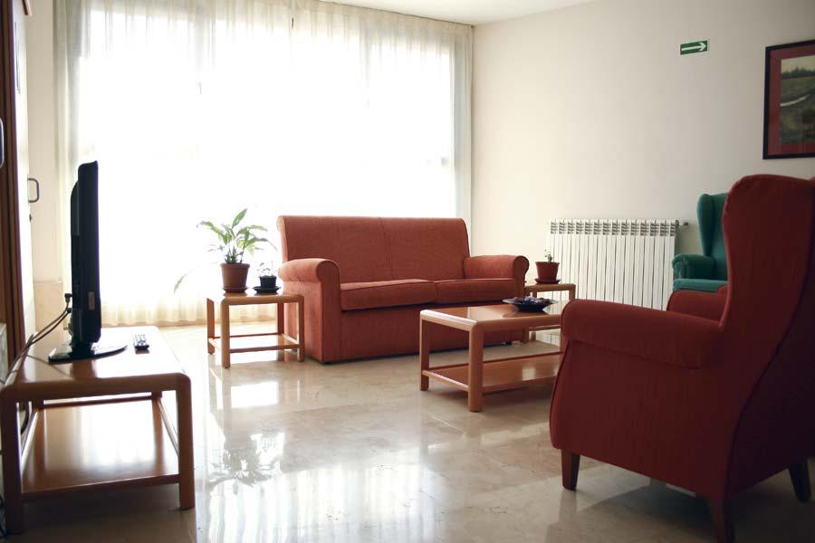 Luminoso salón de la residencia de ancianos SARquavitae Miraflores