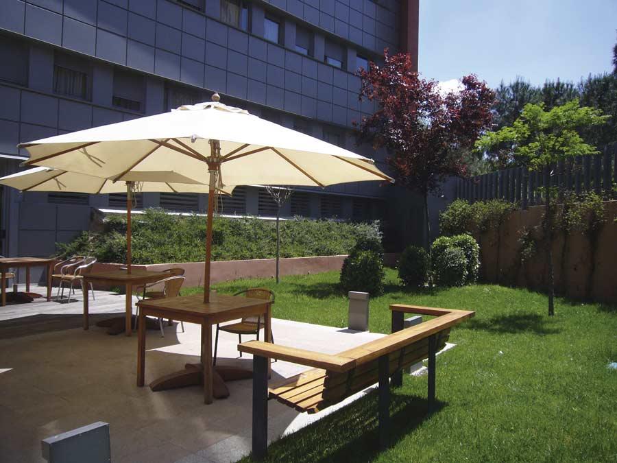 Jardin exterior de la residencia para la tercera edad de Madrid SARquavitae Arturo Soria