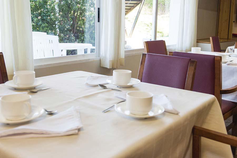 Detalle del desayuno en el comedor de la residencia para mayores SARquavitae Terraferma