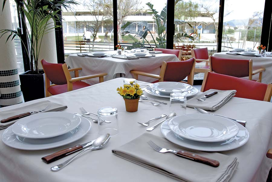 Comedor con grandes ventanales Residencia Alcúdia
