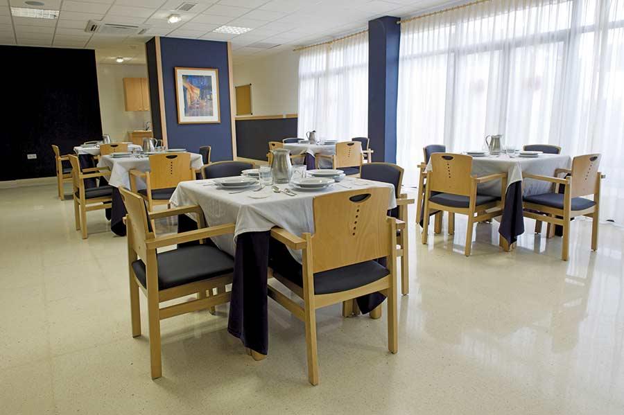 Comedor con luz de la residencia para ancianos SARquavitae Remedios