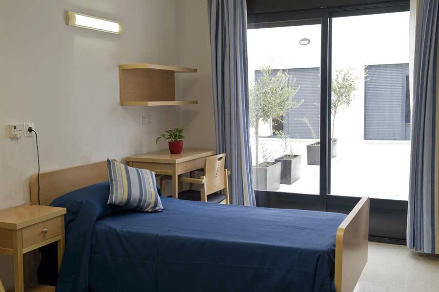 Habitación con salida a la terraza de la residencia para la tercera edad SARquavitae Remedios