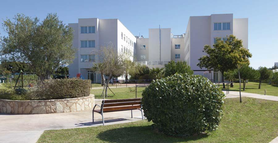 Jardin exterior de la residencia para mayores SARquavitae Palma