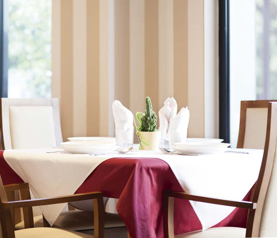 Comedor con grandes ventanales, residencia SARquavitae Sant Jordi