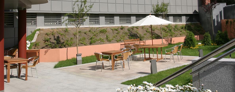 Residencia Ancianos Madrid - Terraza exterior residencia para mayores SARquavitae Arturo Soria
