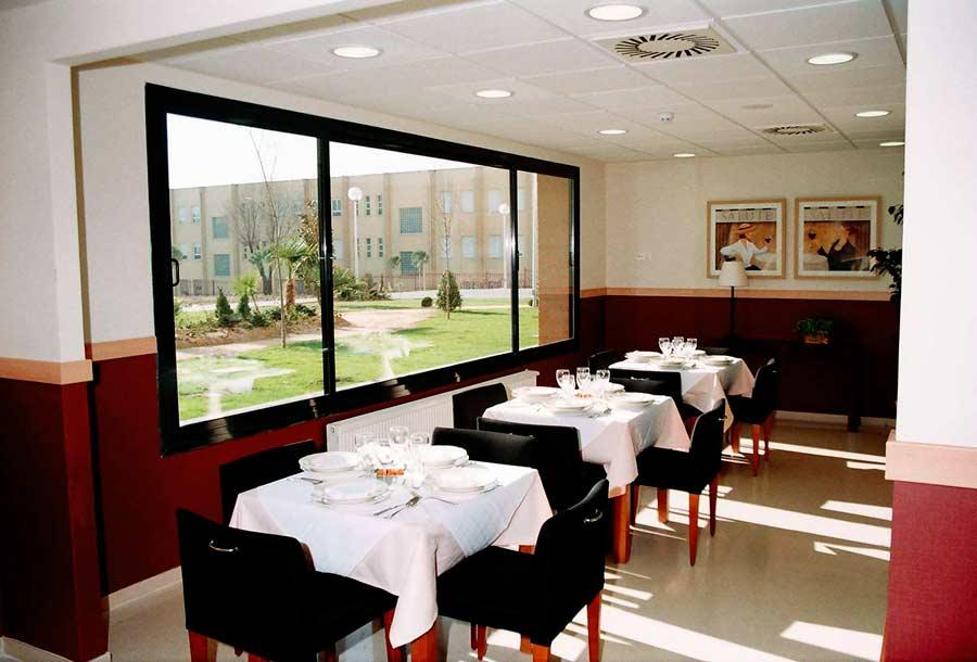 Salón comedor de la residencia sociosanitaria SARquavitae Ciudad de Móstoles, en Madrid