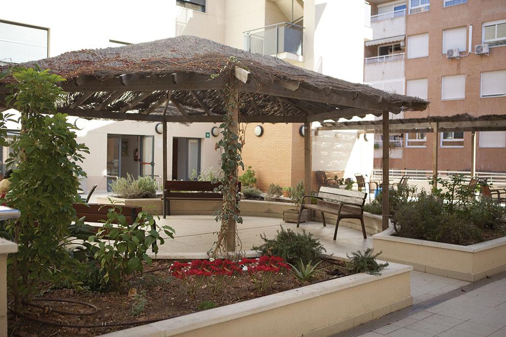 Terraza exterior individual residencia de la tercera edad SARquavitae Ciudad de las Artes