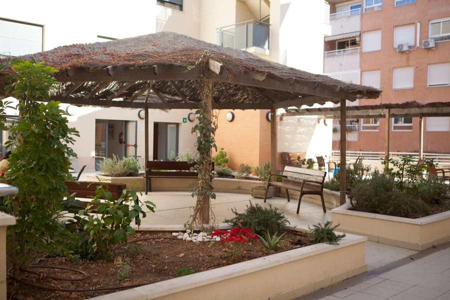 Jardin exterior de la residencia para ancianosSARquavitae Ciudad de las Artes en Valencia