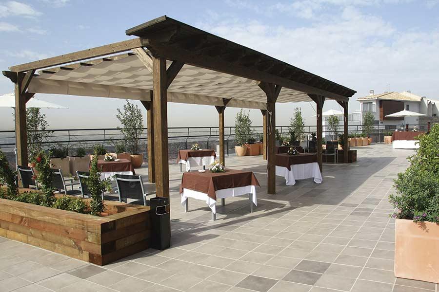 Terraza exterior y jardin de la residencia de la tercera edad SARquavitae El Serrallo