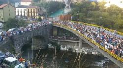 Cangueses y Canguesas esperando el paso de la Virgen por el puente