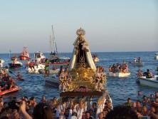 Virgen del Carmen portada a hombros por marineros rinconeros