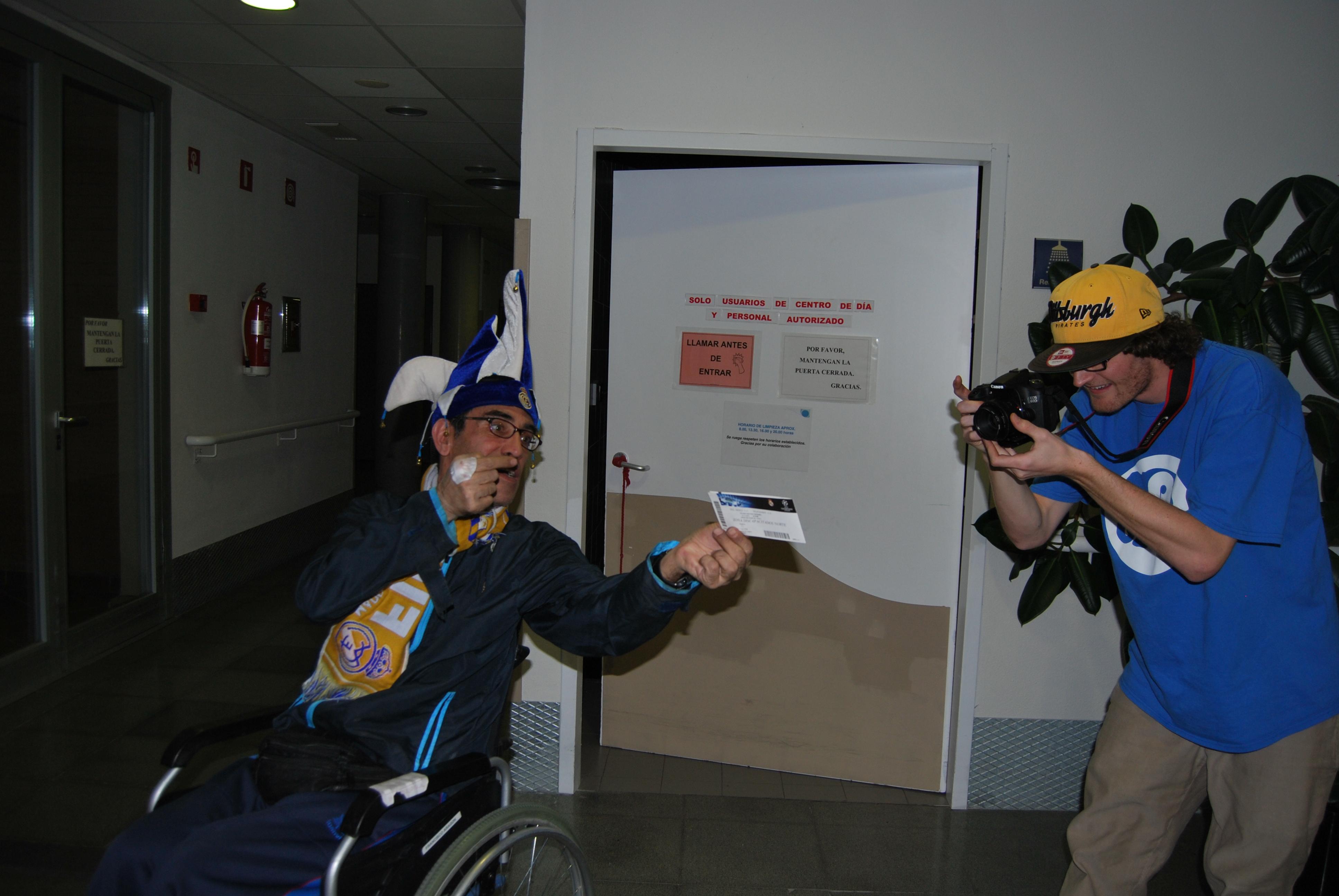Foto del alumnos de CEV al residente con las Entradas