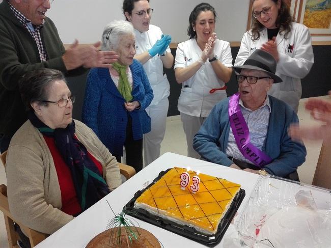 Celebración cumpleaños en DomusVi Remedios
