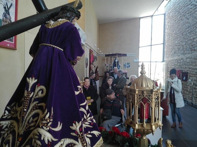 Grupo de residentes visitando exposición Semana Santa chiquita