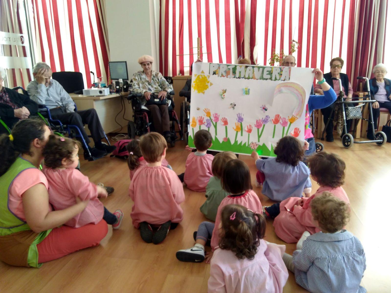 Actividad de niños y abuelos en residencia
