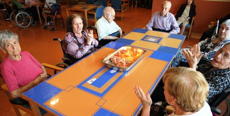 celebración cumpleaños mayo centro para mayores DomusVi Santa Pola (10)