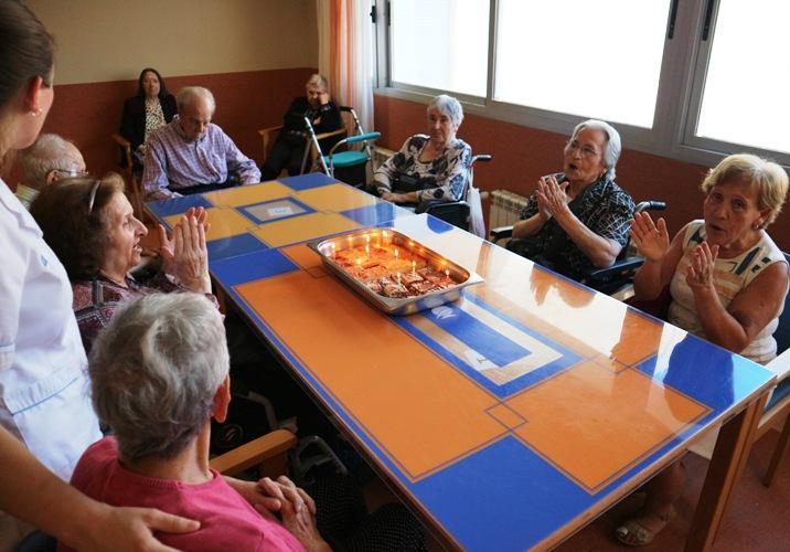 celebración cumpleaños mayo centro para mayores DomusVi Santa Pola (11)