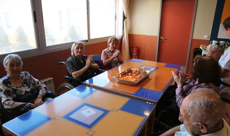 celebración cumpleaños mayo centro para mayores DomusVi Santa Pola (12)