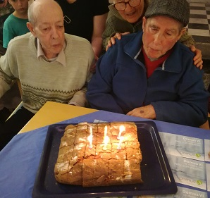 usuarios soplando las velas