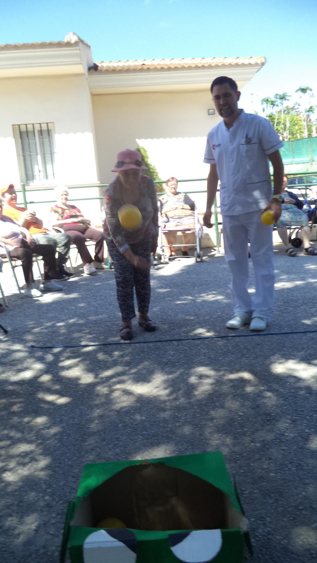 Juegos de balones y mayores de la residencia DomusVi Fuentesol