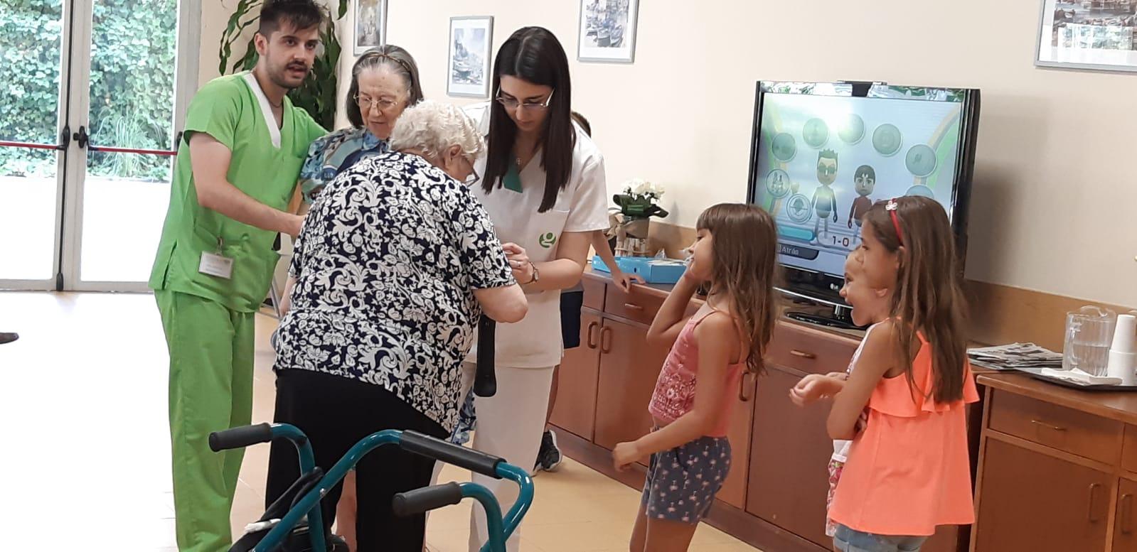 DomusVi Valdemoro encuentro intergeneracional aniversario (12)