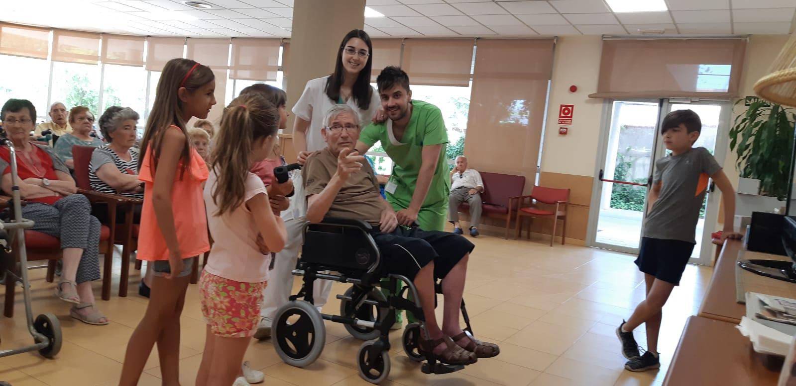 DomusVi Valdemoro encuentro intergeneracional aniversario (9)