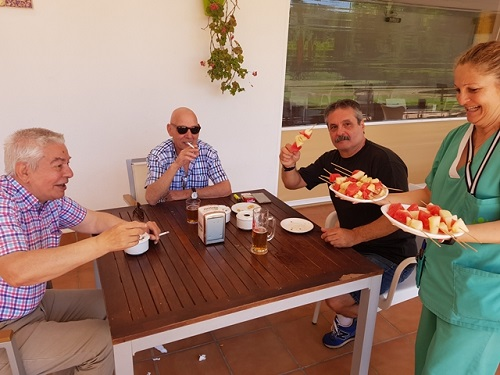 Todo el mundo pruebas las brochetas de frutas en DomusVi Alcalá de Guadaíra