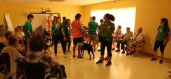 terapia con mascotas en residencia de 3ª edad DomusVi Santa Pola