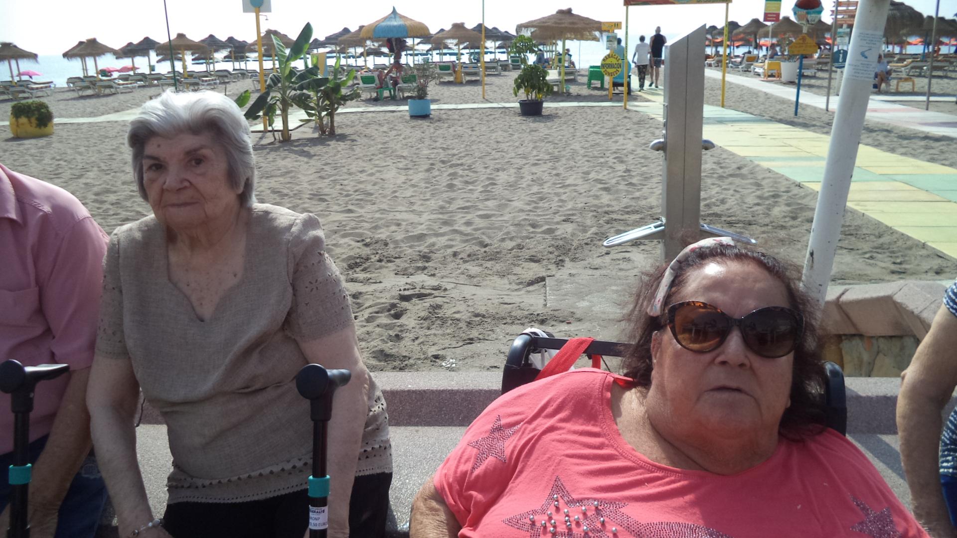 Día de playa en Torremolinos y los mayores de DomusVi Fuenteosl