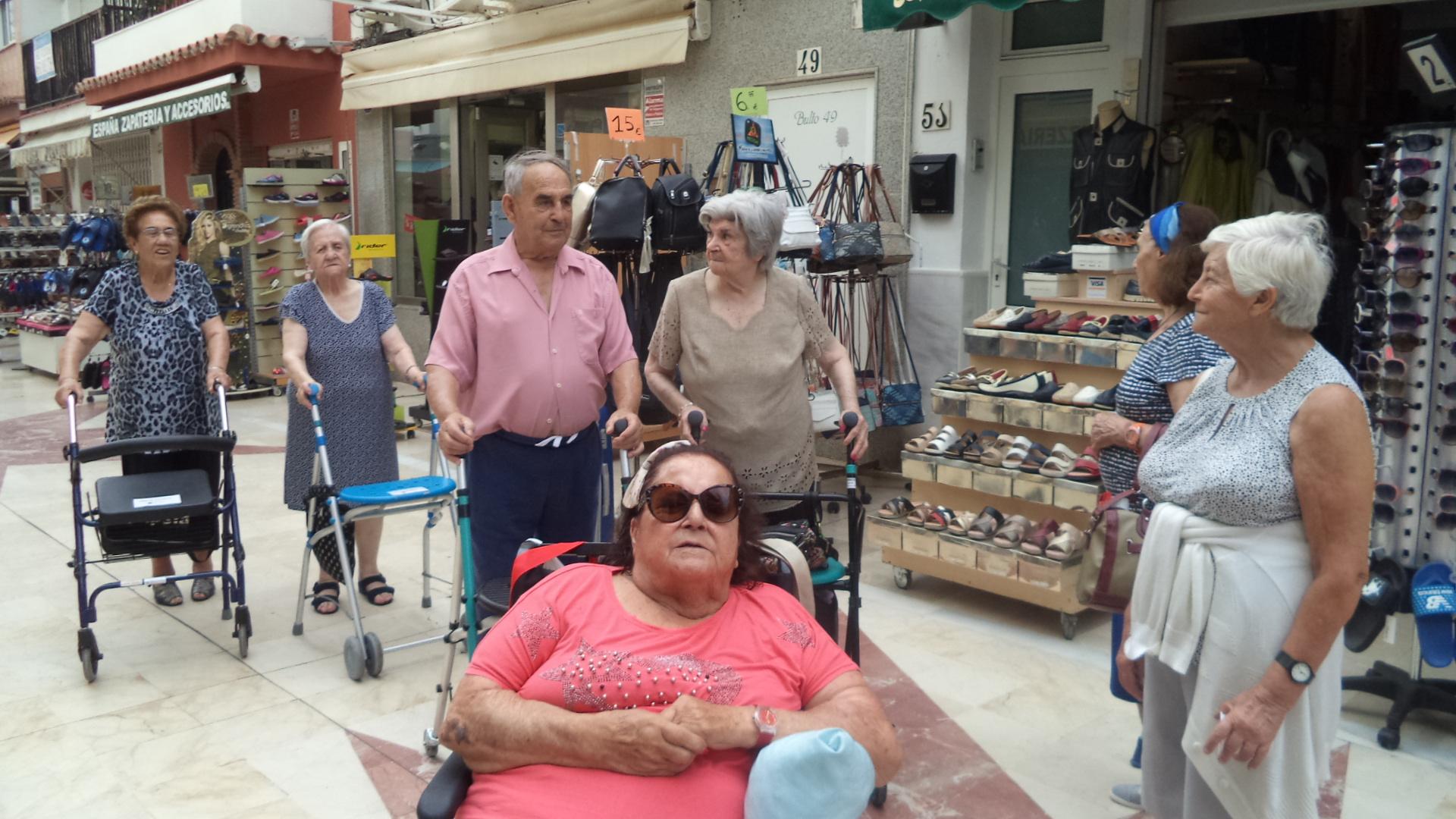 De compras por Torremolinos residencia de mayores DomusVi Fuenteosl