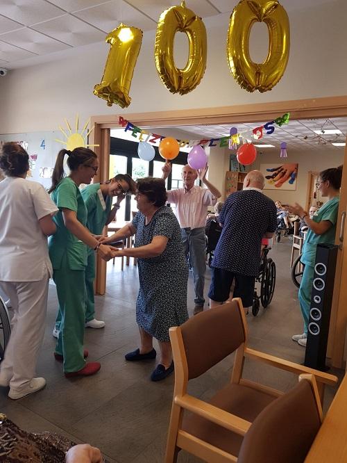 De fiesta de cumpleaños en DomusVi Alcalá de Guadaíra