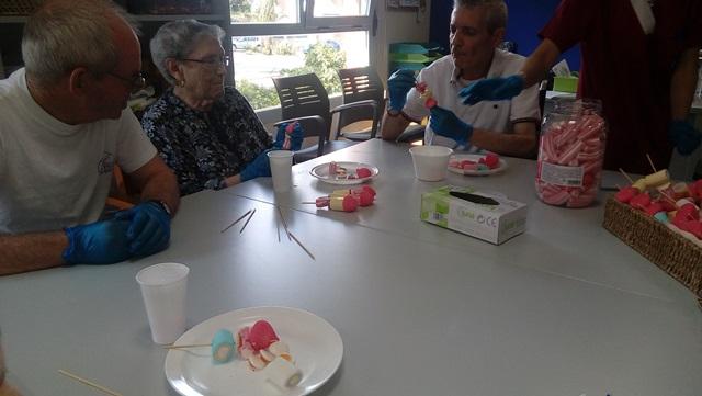 DomusVi Valdemoro. elaboración de dulces por el Alzheimer (11)