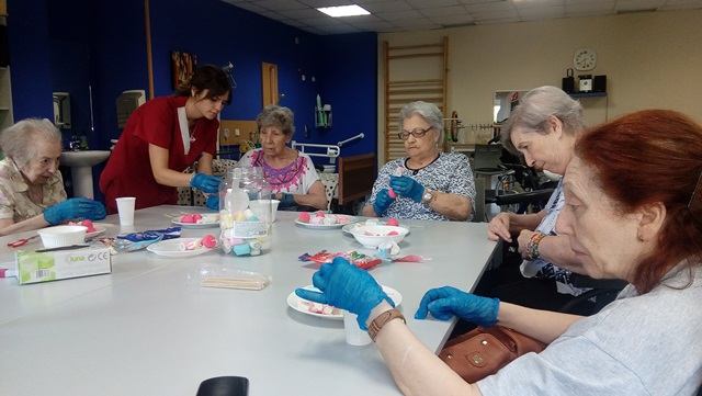 DomusVi Valdemoro. elaboración de dulces por el Alzheimer (4)
