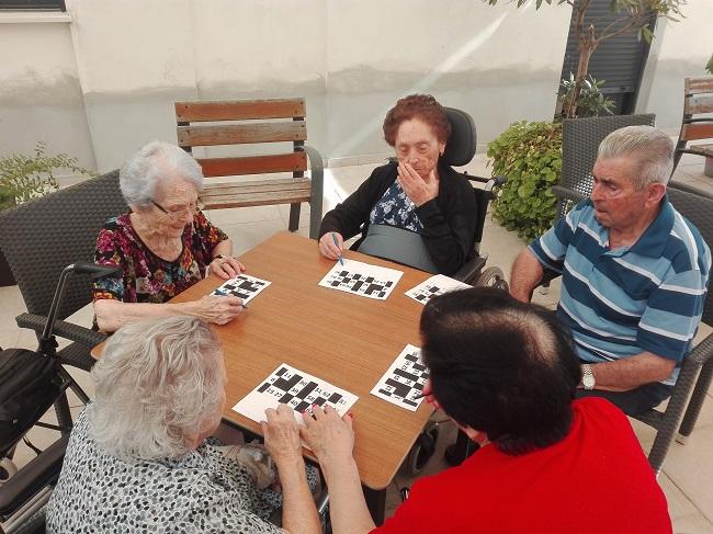 Bingo en el patio de DomusVi Remedios