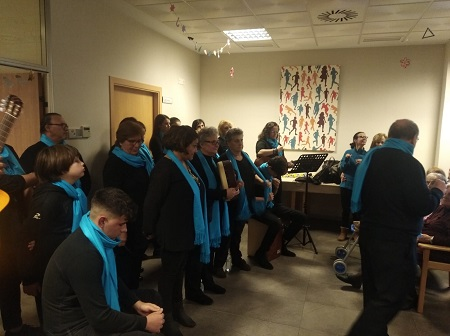 En DomusVi Alcalá de Guadaíra cantamos con el coro Principe de Paz