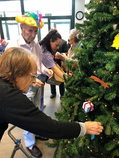 En DomusVi Alcalá de Guadaíra montamos el árbol de navidad