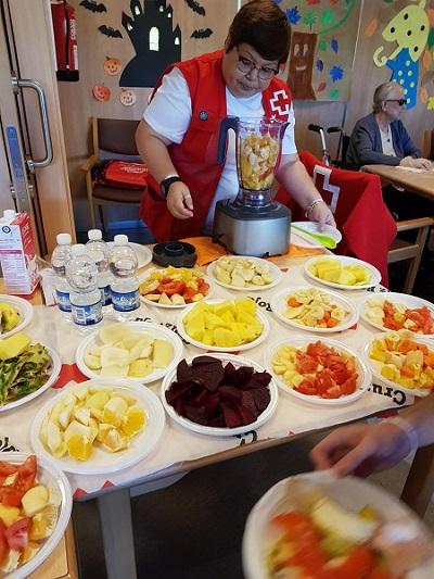 La Cruz Roja hace taller de frutas en DomusVi Alcalá de Guadaíra