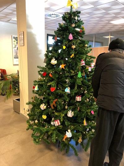 Montamos el árbol de navidad en DomusVi Alcalá de Guadaíra