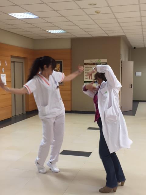Fisio y coordinadora bailando Sevillanas