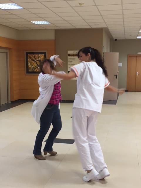 Coordinadora y fisio bailando sevillanas.