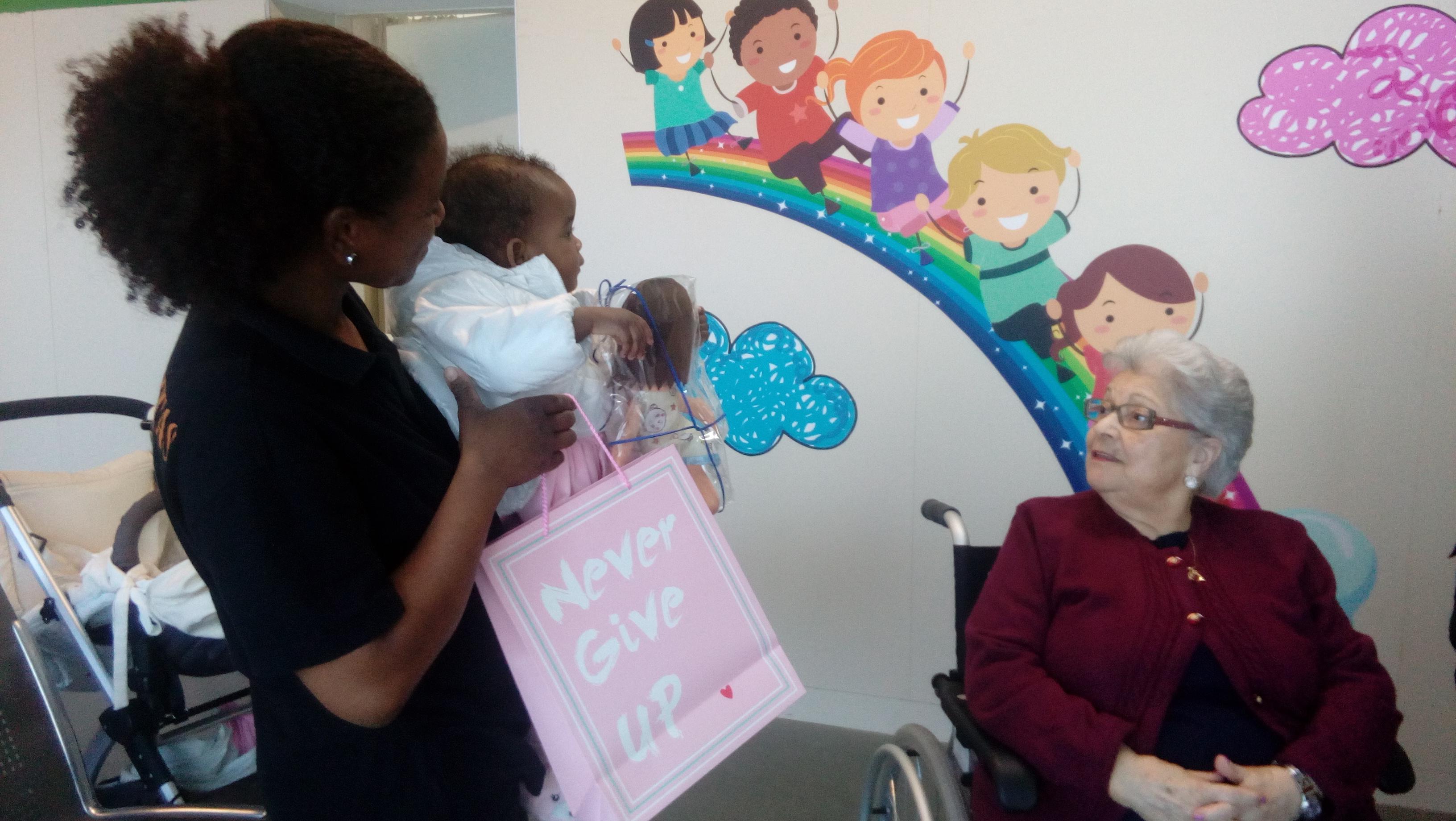 DomusVi Valdemoro entrega muñecas en el centro de salud (3)