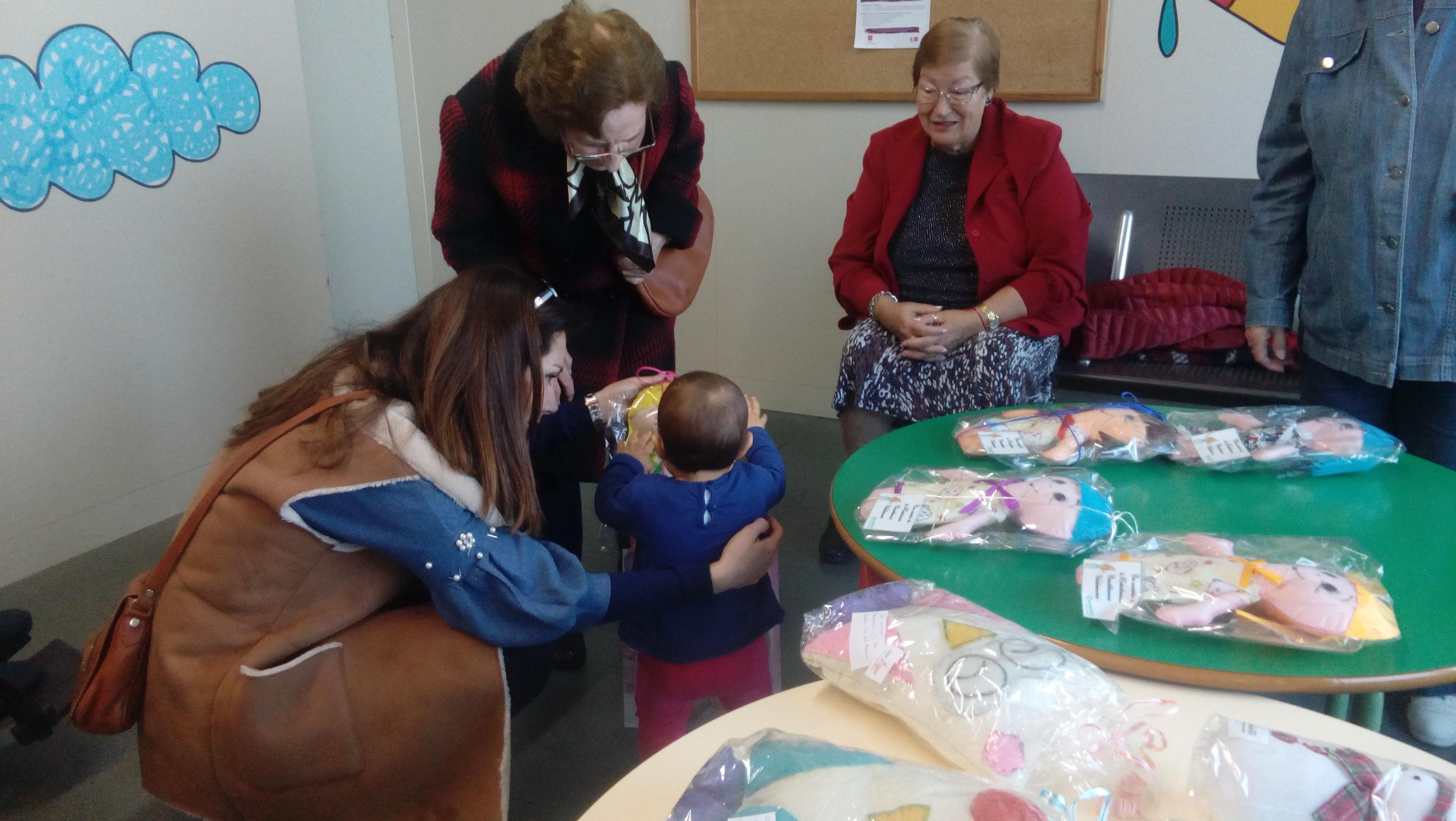 DomusVi Valdemoro entrega muñecas en el centro de salud