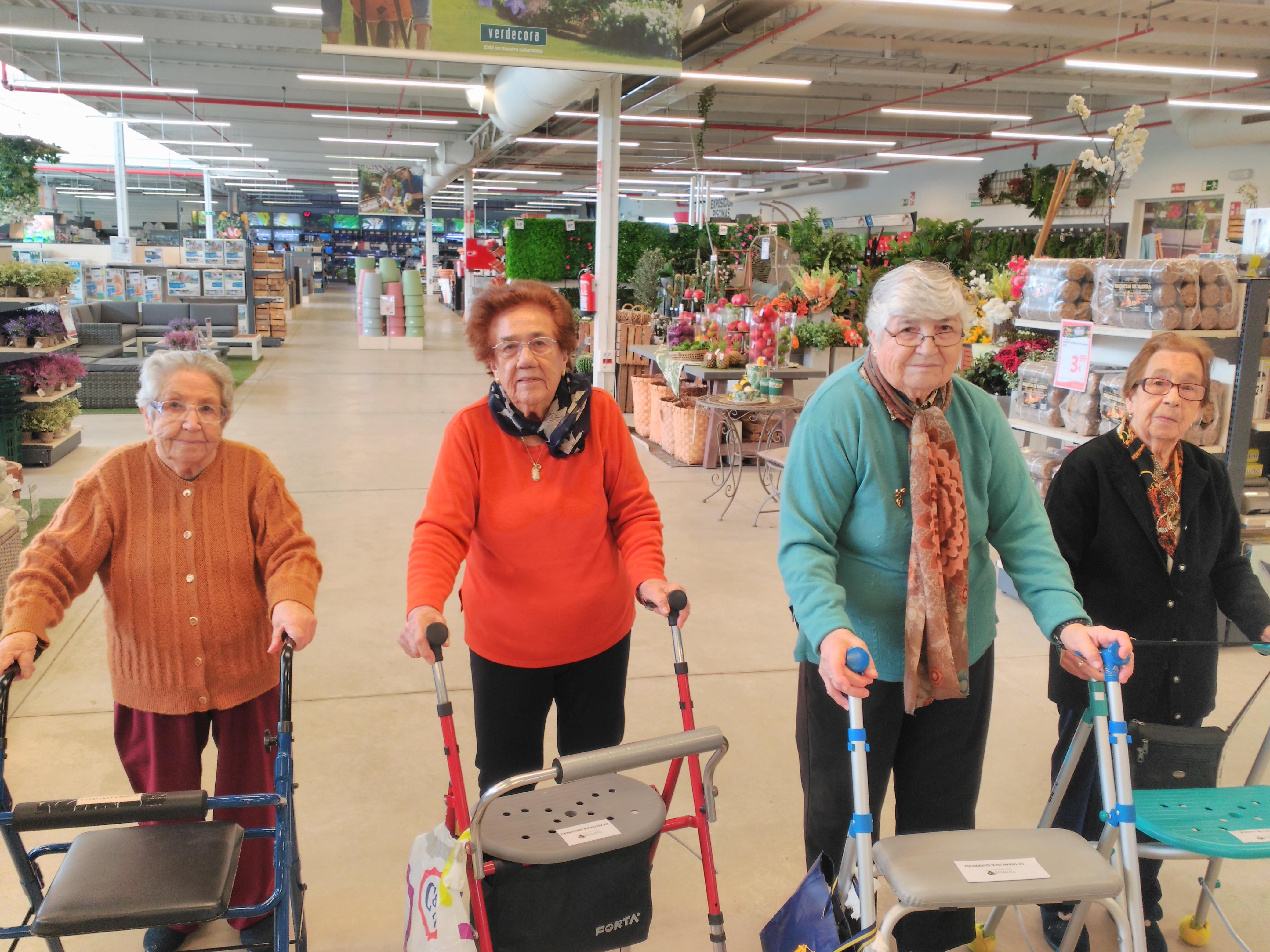 los residentes de Domusvi Fuentesol residencia de mayores viendo las plantas de verdecora