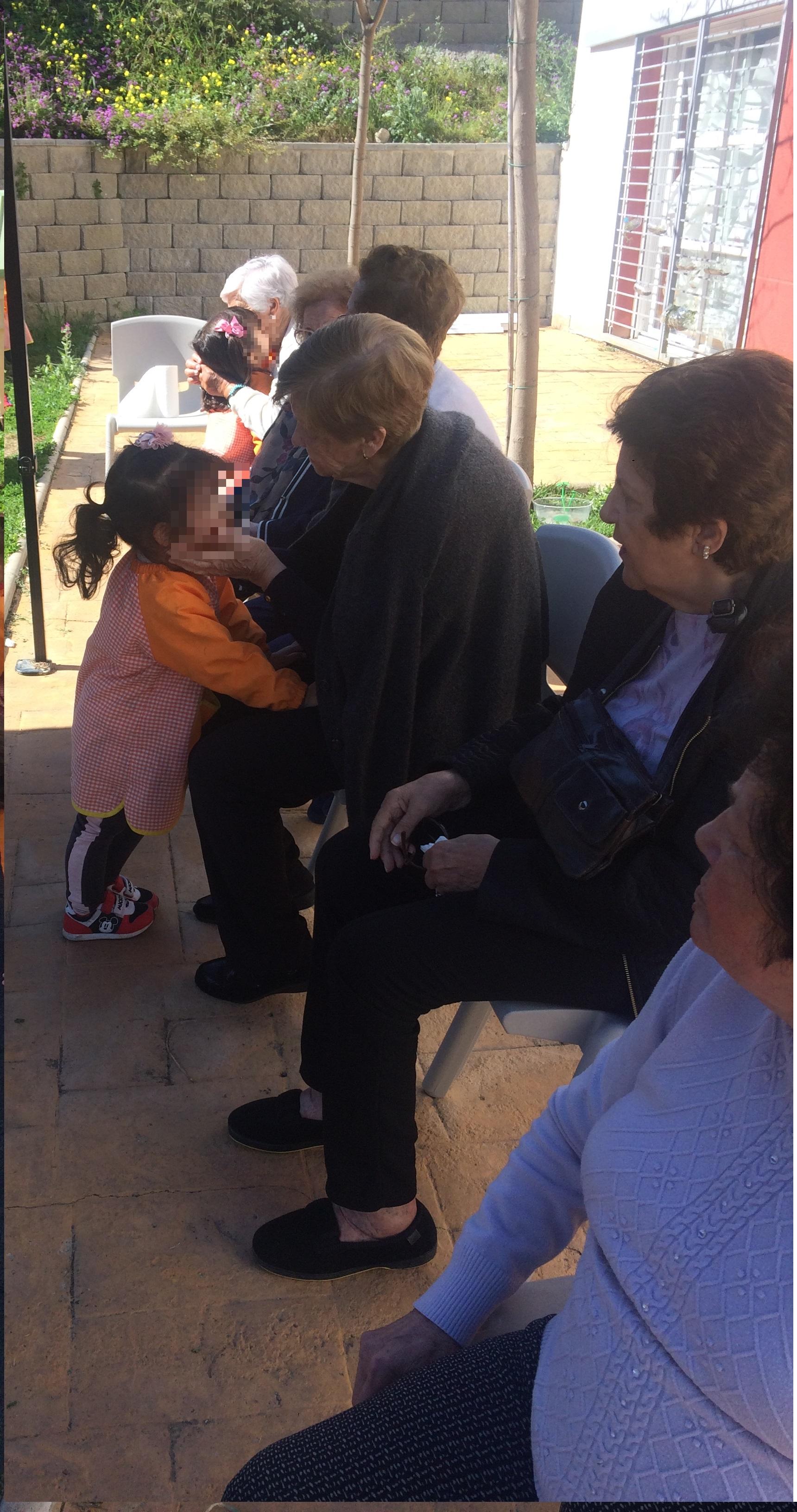 Mayores de DomusVi Fuentesol y centro infantil virgen del Rosario