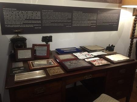 placas conmemorativas y mesa de reflexión