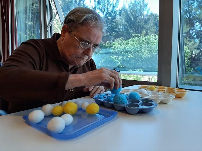 persona mayor realizando terapia Montessori