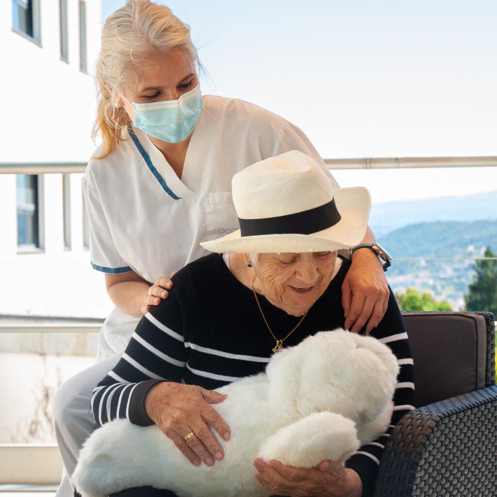 Personas mayores con demencia logran mejorar los síntomas de su enfermedad a través de innovadoras terapias no farmacológicas
