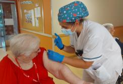 DomusVi-residencia-mayores-ElCampello-tercera-dosis-vacuna (1)